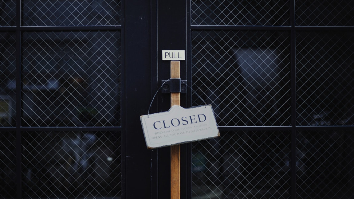 closed-sign-restaurant